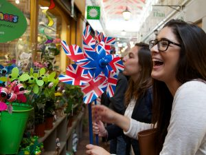 Embassy Oxford students shopping in Oxford